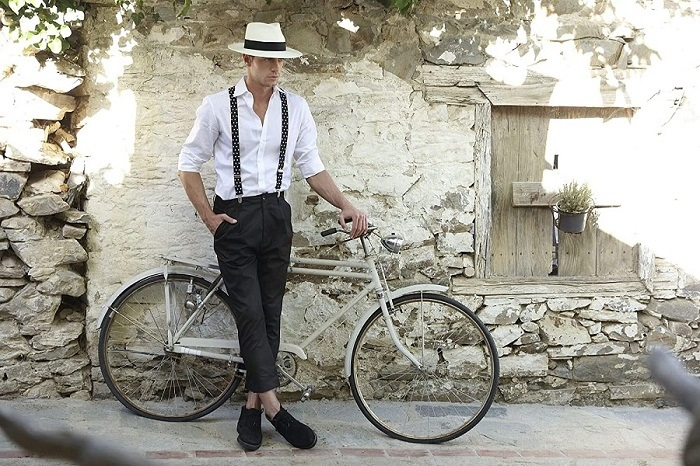 Hombre elegante con sombrero panama blanco