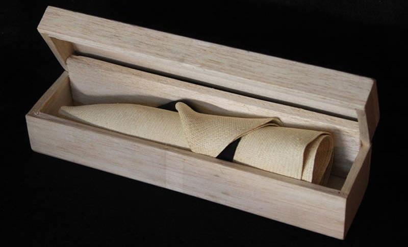 Panama enrollado en su caja de madera